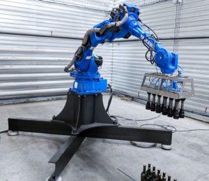 промышленный робот для транспортировки бутылок
